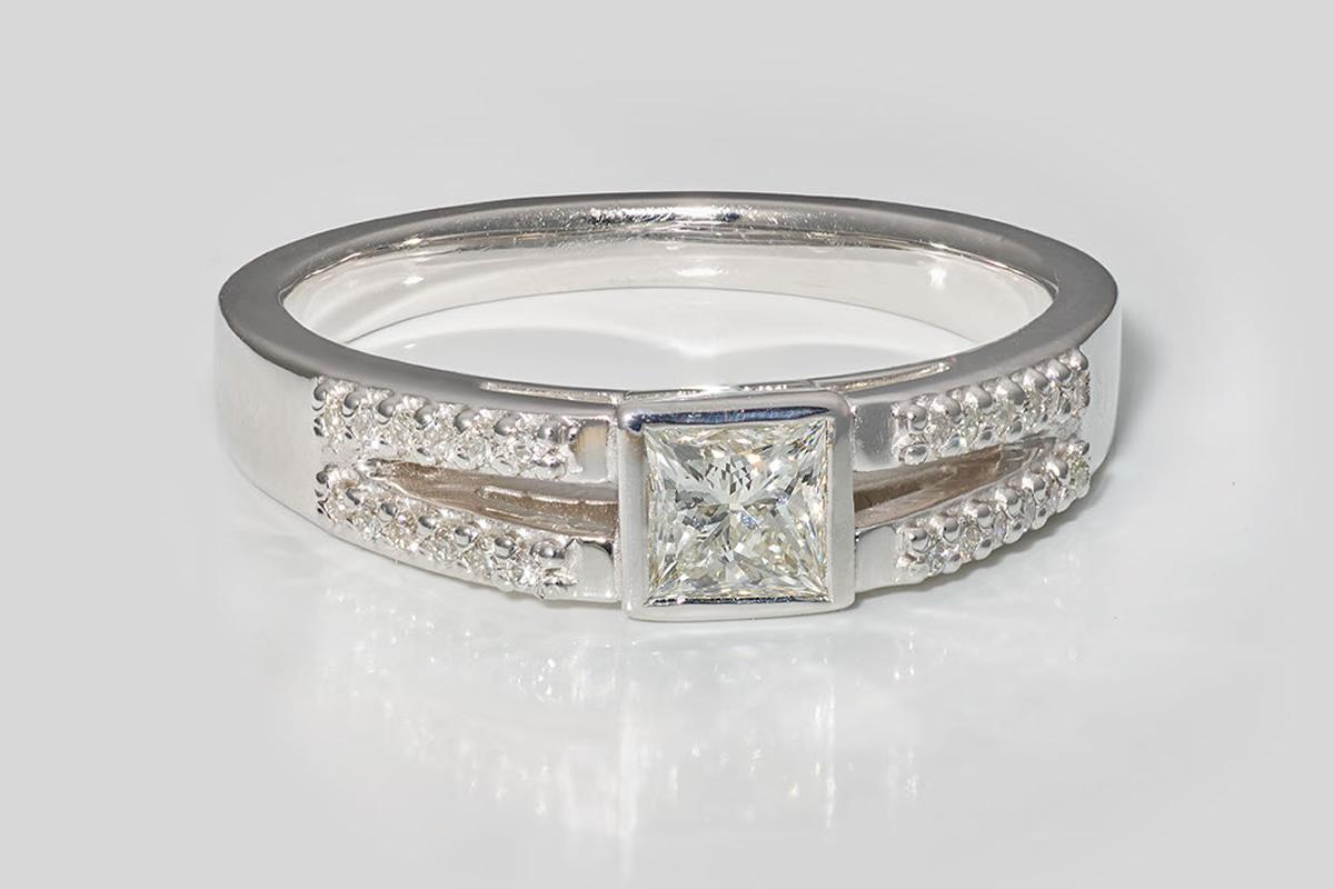 Verlobungsring in Weißgold mit Diamant und Brillanten